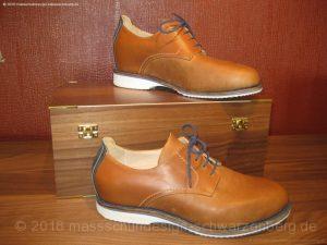 Ein sportlicher Herrenschuh. Gewählt wurde helles Kalbsleder und abgesteppte Nähte in Blau. Die helle Sohle gibt diesem überaus exklusiven Schuh eine sportliche Sohle.