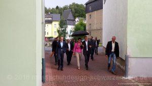 Herr Ministerpräsident Stanislaw Tillich wird von Frau Ulrike Schröder-Schubert begrüßt und in die Räume der neuen Schauwerkstatt im Maßschuhdesign geführt